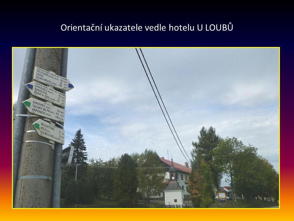 Orientační ukazatele vedle hotelu U LOUBŮ