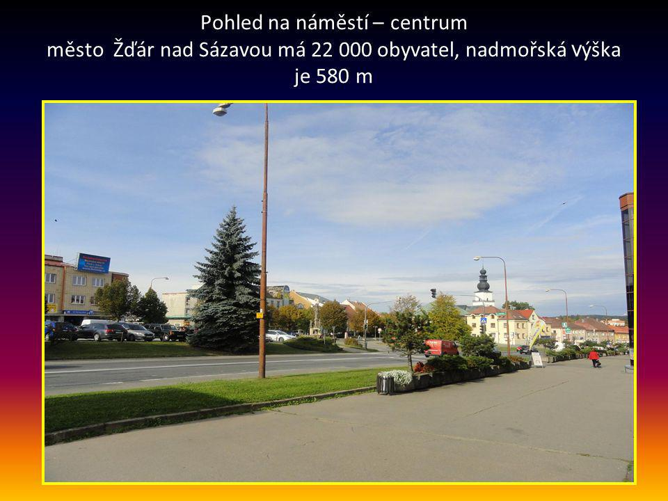 Pohled na náměstí – centrum město Žďár nad Sázavou má 22 000 obyvatel, nadmořská výška je 580 m