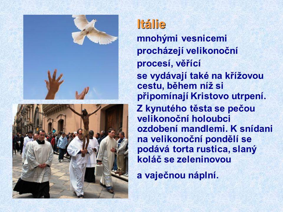 Itálie mnohými vesnicemi procházejí velikonoční procesí, věřící