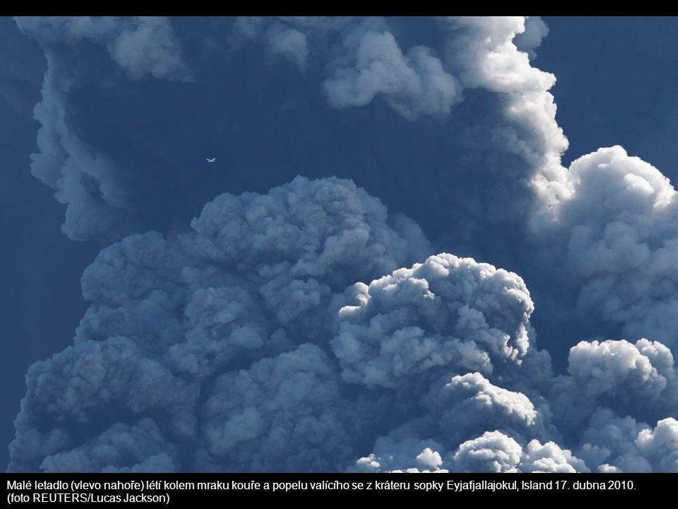 Malé letadlo (vlevo nahoře) létí kolem mraku kouře a popelu valícího se z kráteru sopky Eyjafjallajokul, Island 17. dubna 2010.