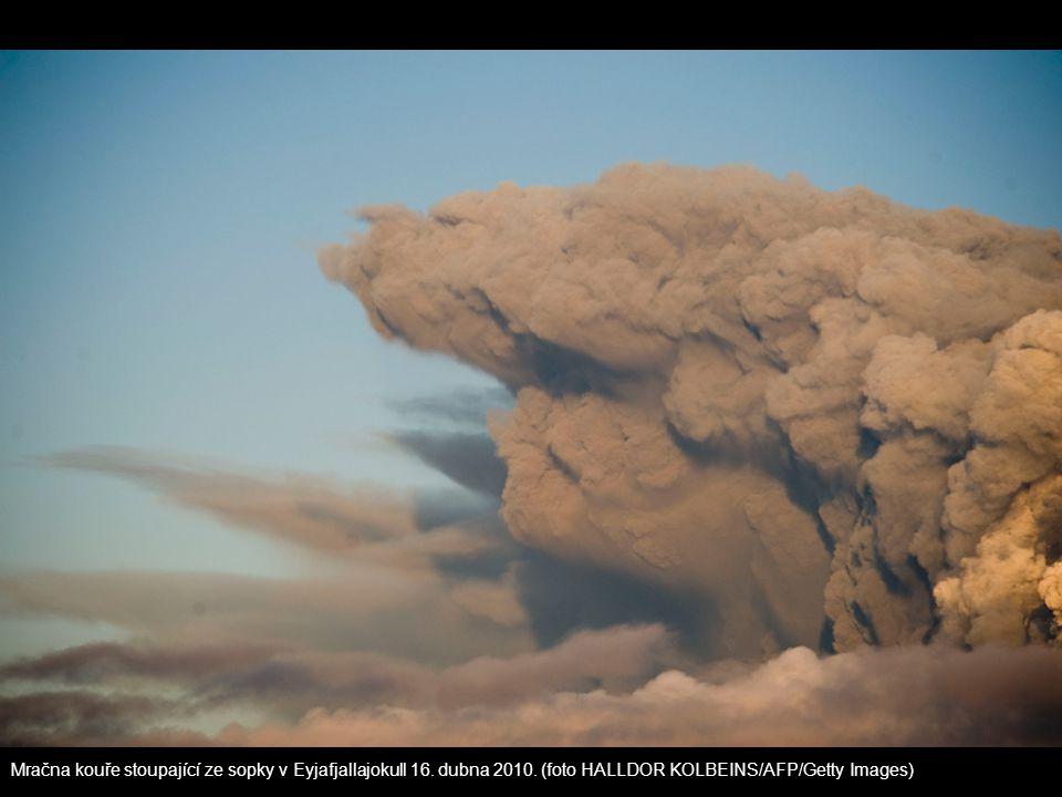 Mračna kouře stoupající ze sopky v Eyjafjallajokull 16. dubna 2010