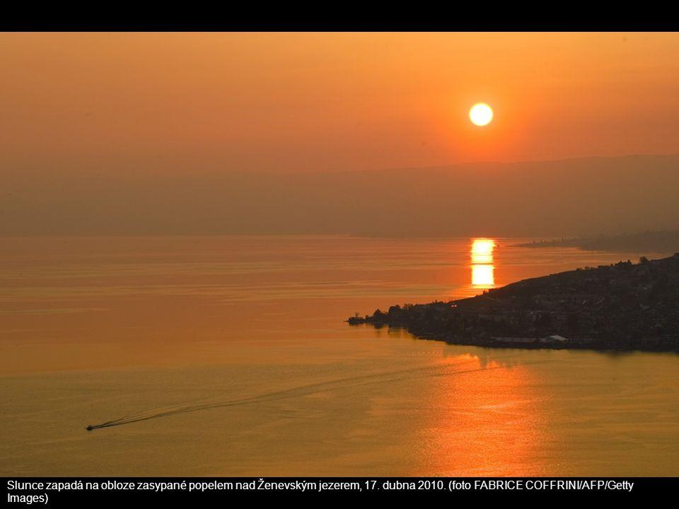 Slunce zapadá na obloze zasypané popelem nad Ženevským jezerem, 17