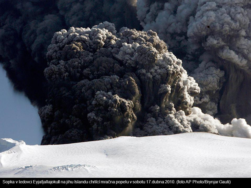 Sopka v ledovci Eyjafjallajokull na jihu Islandu chrlící mračna popelu v sobotu 17.dubna 2010.
