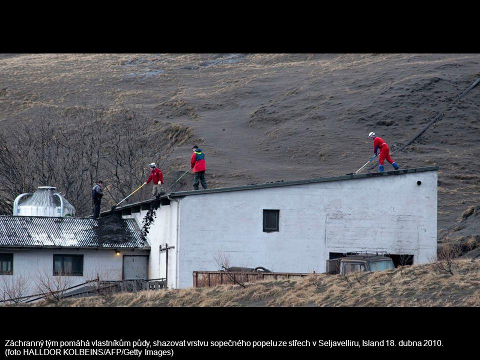 Záchranný tým pomáhá vlastníkům půdy, shazovat vrstvu sopečného popelu ze střech v Seljavelliru, Island 18. dubna 2010.