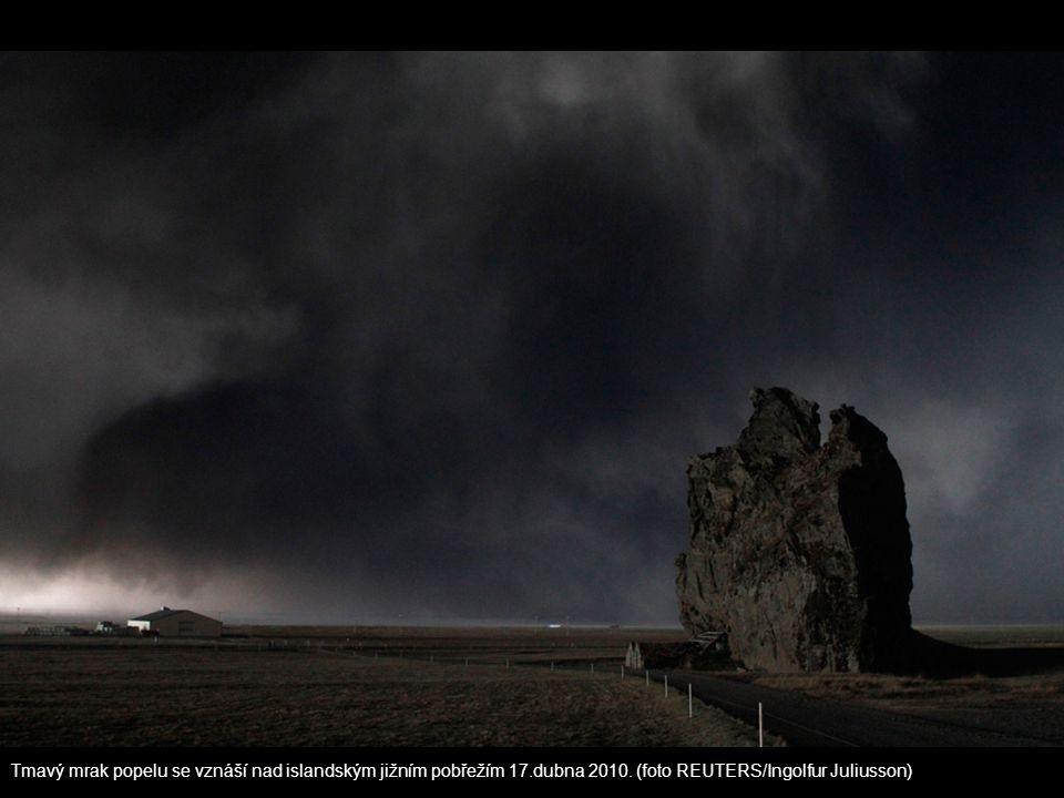 Tmavý mrak popelu se vznáší nad islandským jižním pobřežím 17