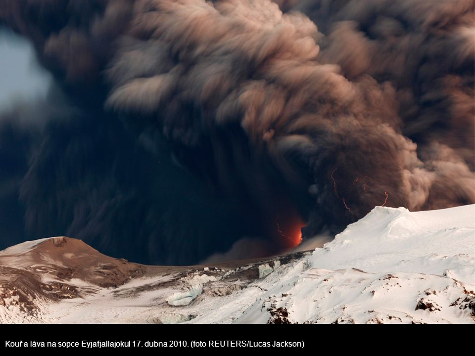 Kouř a láva na sopce Eyjafjallajokul 17. dubna 2010