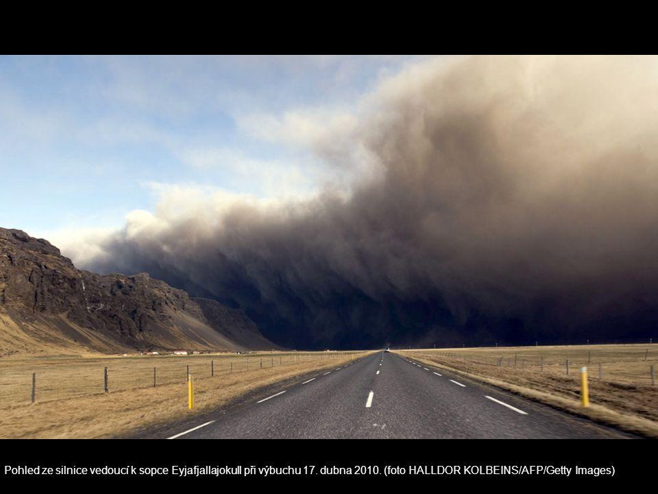 Pohled ze silnice vedoucí k sopce Eyjafjallajokull při výbuchu 17