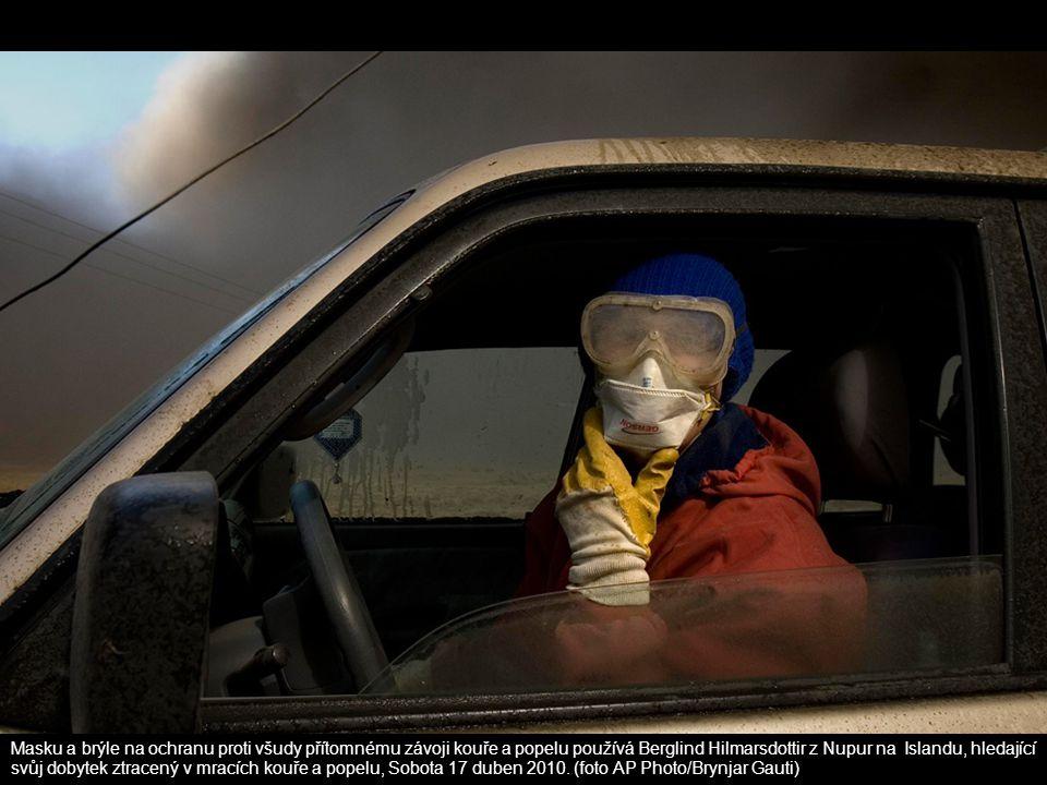 Masku a brýle na ochranu proti všudy přítomnému závoji kouře a popelu používá Berglind Hilmarsdottir z Nupur na Islandu, hledající svůj dobytek ztracený v mracích kouře a popelu, Sobota 17 duben 2010.