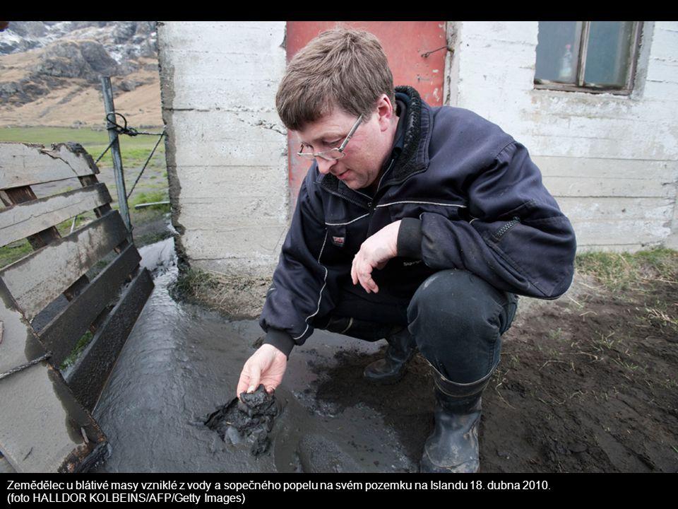 Zemědělec u blátivé masy vzniklé z vody a sopečného popelu na svém pozemku na Islandu 18. dubna 2010.