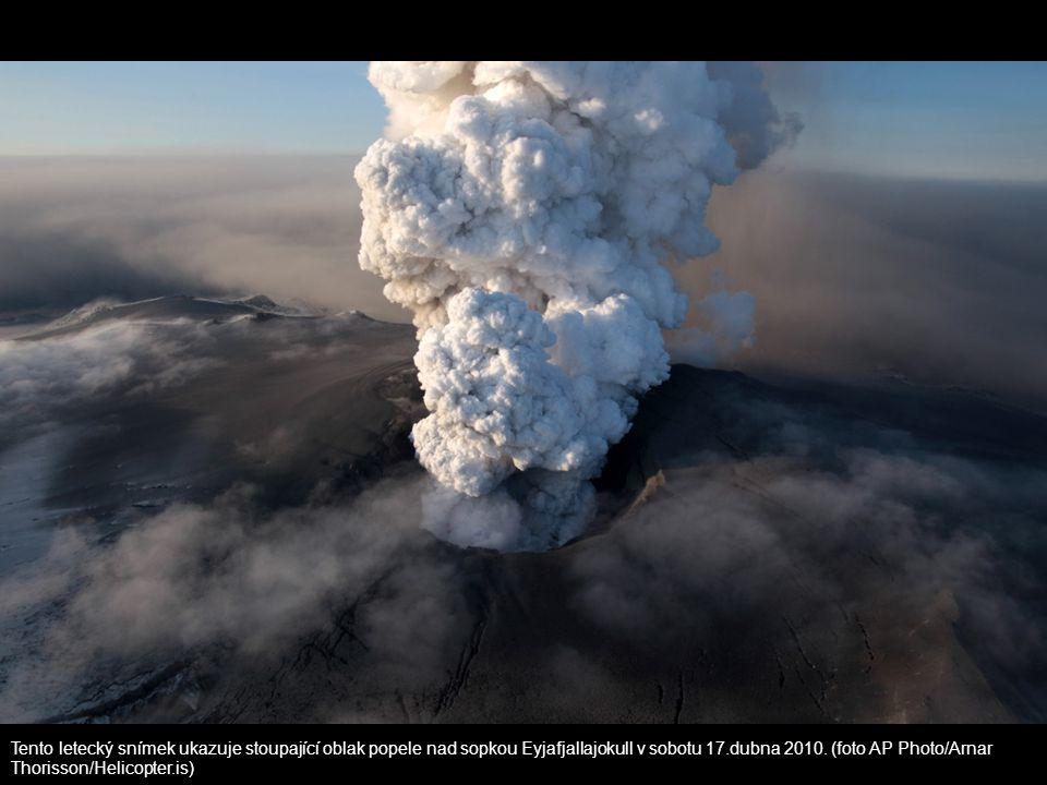 Tento letecký snímek ukazuje stoupající oblak popele nad sopkou Eyjafjallajokull v sobotu 17.dubna 2010.