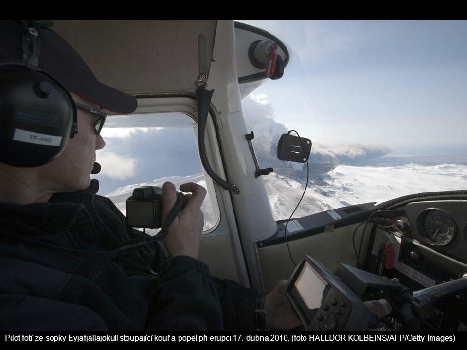 Pilot fotí ze sopky Eyjafjallajokull stoupající kouř a popel při erupci 17.