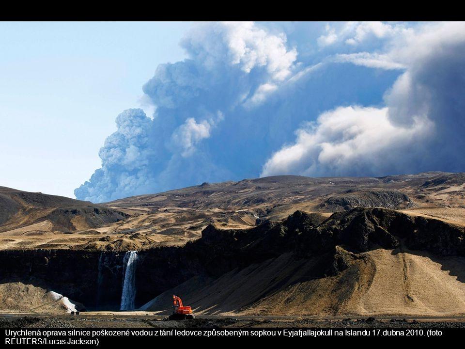 Urychlená oprava silnice poškozené vodou z tání ledovce způsobeným sopkou v Eyjafjallajokull na Islandu 17.dubna 2010.