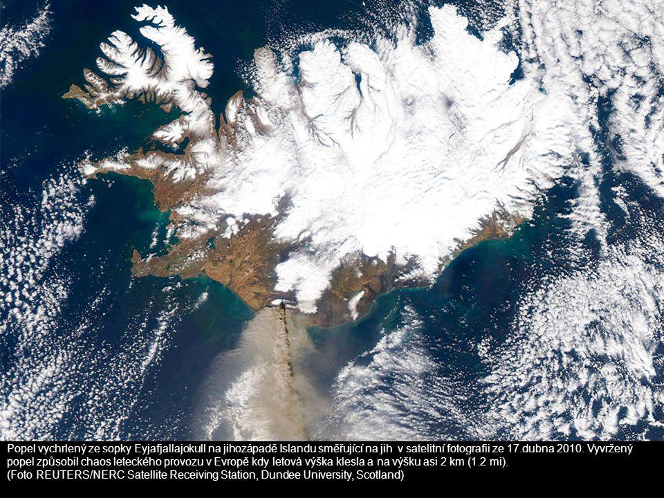Popel vychrlený ze sopky Eyjafjallajokull na jihozápadě Islandu směřující na jih v satelitní fotografii ze 17.dubna 2010. Vyvržený popel způsobil chaos leteckého provozu v Evropě kdy letová výška klesla a na výšku asi 2 km (1.2 mi).