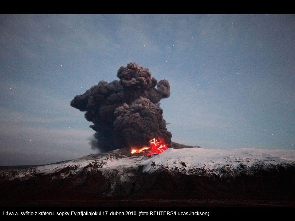Láva a světlo z kráteru sopky Eyjafjallajokul 17. dubna 2010