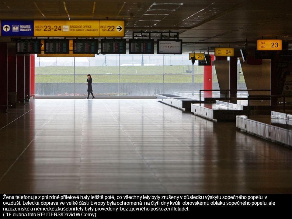 Žena telefonuje z prázdné příletové haly letiště poté, co všechny lety byly zrušeny v důsledku výskytu sopečného popelu v ovzduší. Letecká doprava ve velké části Evropy byla ochromená na čtyři dny kvůli obrovskému oblaku sopečného popelu, ale nizozemské a německé zkušební lety byly provedeny bez zjevného poškození letadel.