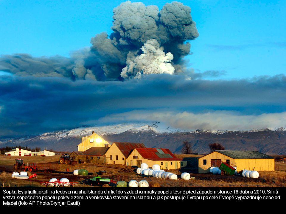 Sopka Eyjafjallajokull na ledovci na jihu Islandu chrlící do vzduchu mraky popelu těsně před západem slunce 16.dubna 2010. Silná vrstva sopečného popelu pokryje zemi a venkovská stavení na Islandu a jak postupuje Evropu po celé Evropě vyprazdňuje nebe od letadel (foto AP Photo/Brynjar Gauti)