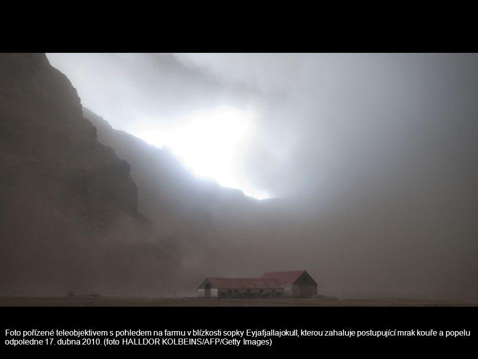 Foto pořízené teleobjektivem s pohledem na farmu v blízkosti sopky Eyjafjallajokull, kterou zahaluje postupující mrak kouře a popelu odpoledne 17.