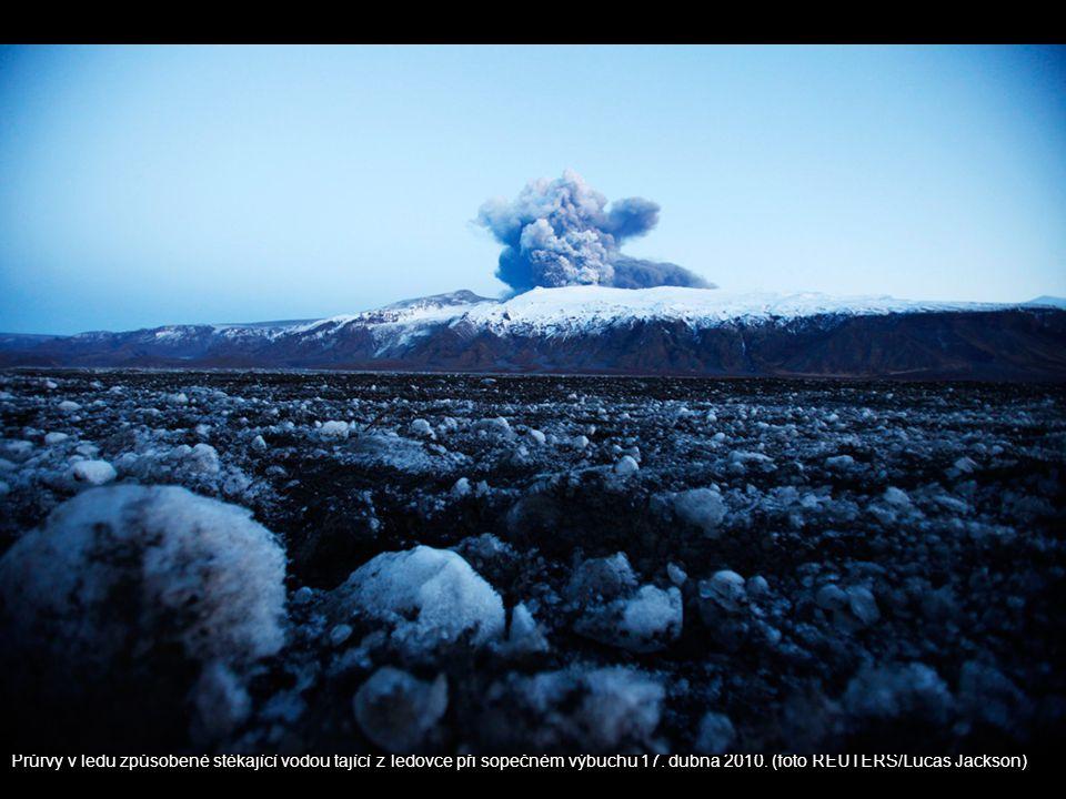 Průrvy v ledu způsobené stékající vodou tající z ledovce při sopečném výbuchu 17.