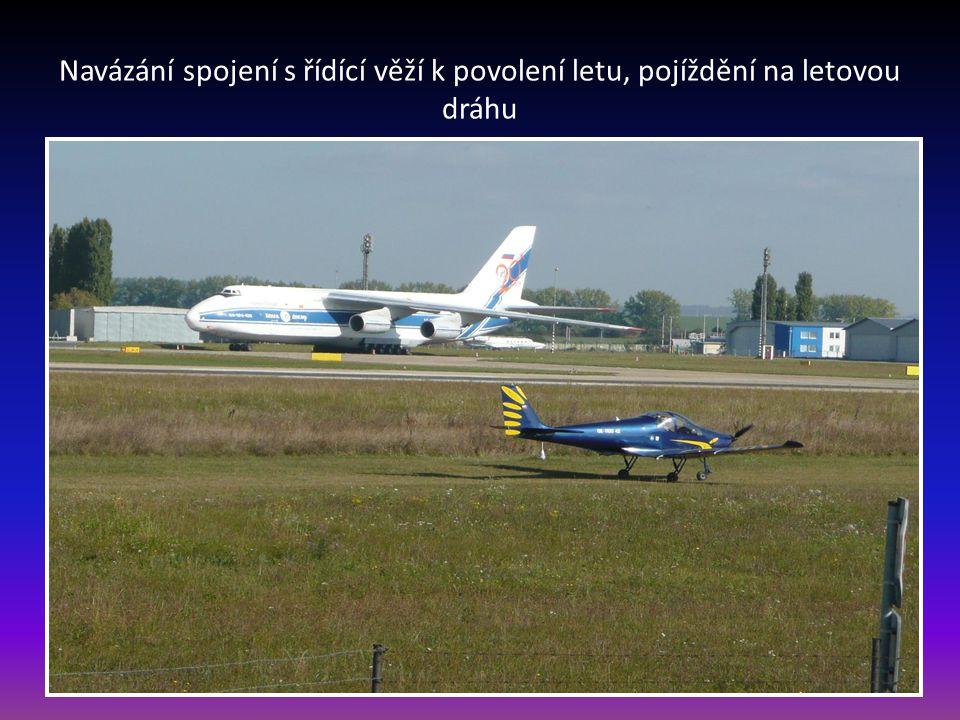 Navázání spojení s řídící věží k povolení letu, pojíždění na letovou dráhu
