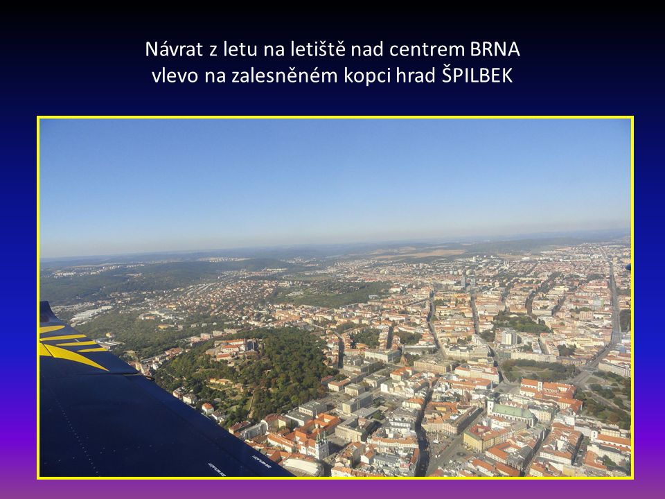Návrat z letu na letiště nad centrem BRNA vlevo na zalesněném kopci hrad ŠPILBEK