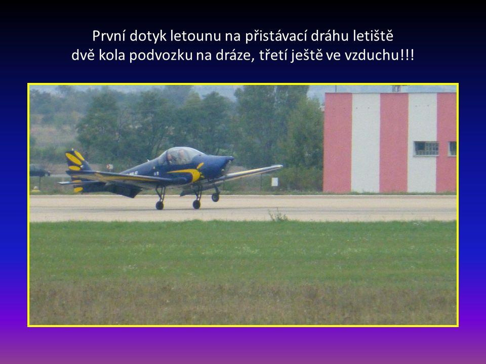 První dotyk letounu na přistávací dráhu letiště dvě kola podvozku na dráze, třetí ještě ve vzduchu!!!