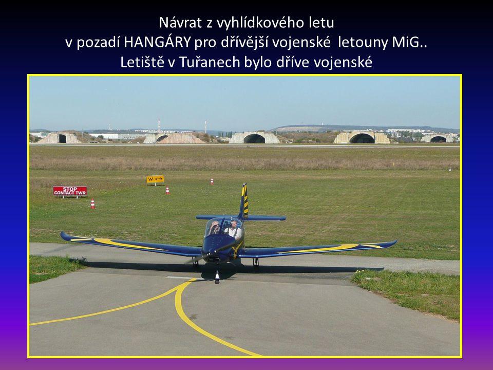 Návrat z vyhlídkového letu v pozadí HANGÁRY pro dřívější vojenské letouny MiG..