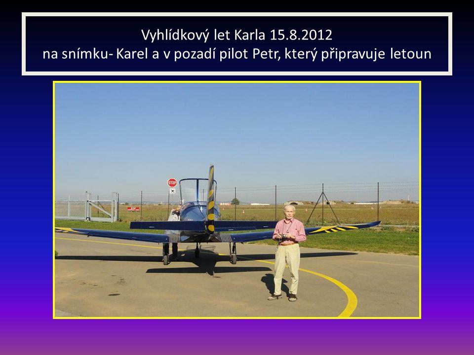 Vyhlídkový let Karla 15.8.2012 na snímku- Karel a v pozadí pilot Petr, který připravuje letoun