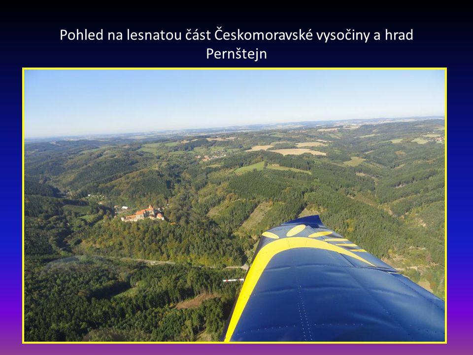 Pohled na lesnatou část Českomoravské vysočiny a hrad Pernštejn