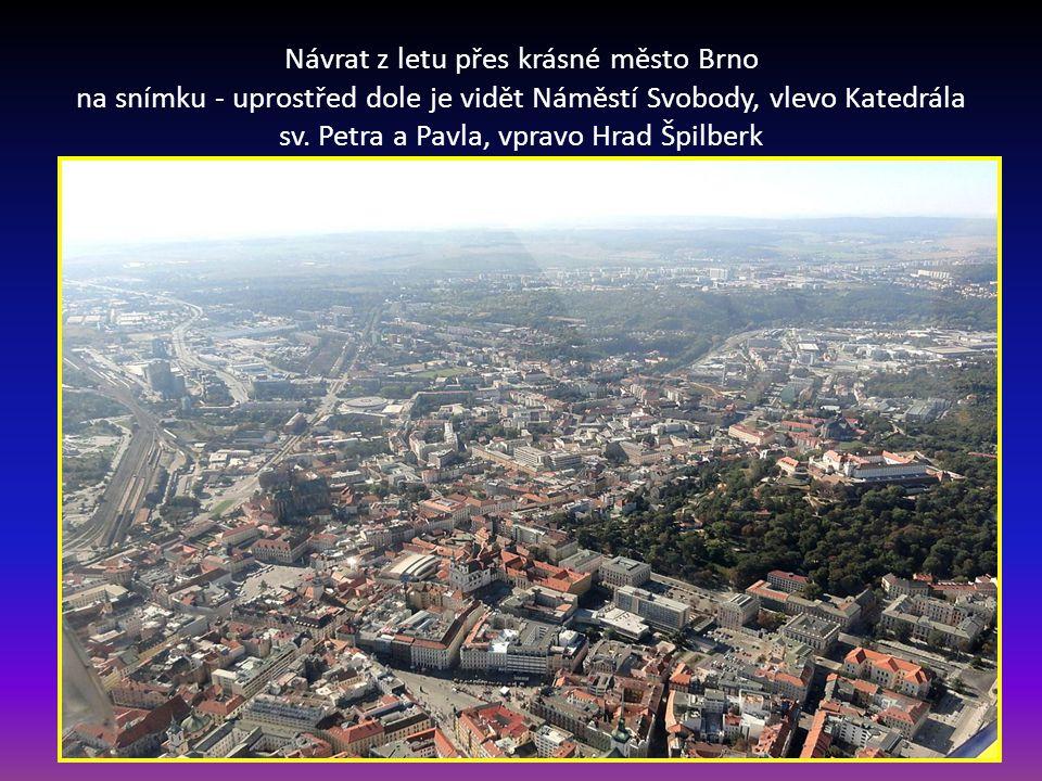 Návrat z letu přes krásné město Brno na snímku - uprostřed dole je vidět Náměstí Svobody, vlevo Katedrála sv.
