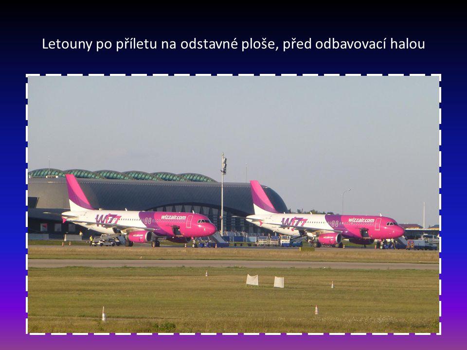 Letouny po příletu na odstavné ploše, před odbavovací halou