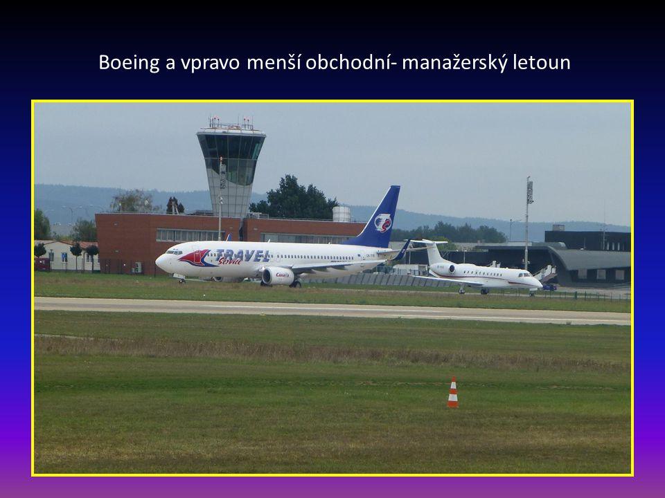 Boeing a vpravo menší obchodní- manažerský letoun
