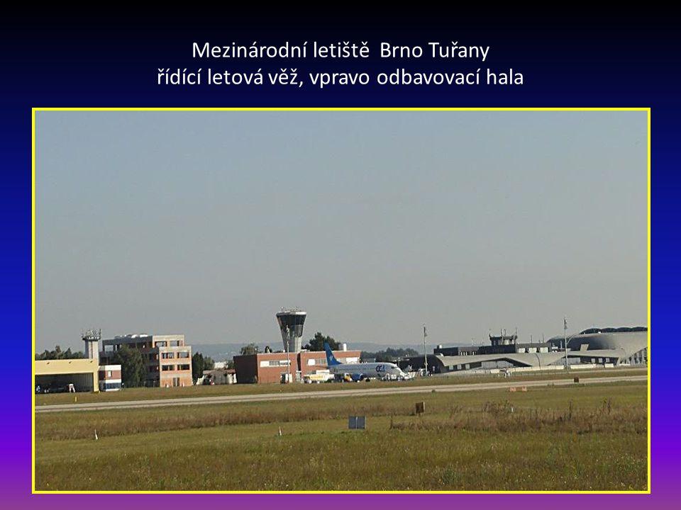 Mezinárodní letiště Brno Tuřany řídící letová věž, vpravo odbavovací hala