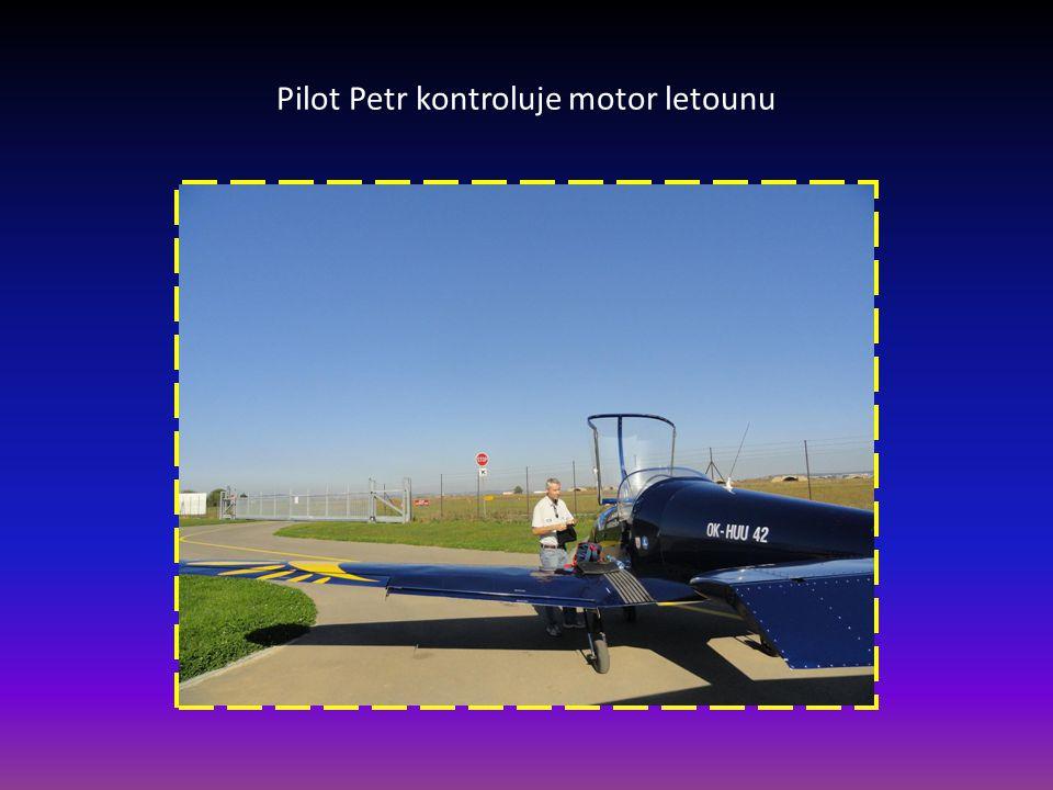 Pilot Petr kontroluje motor letounu