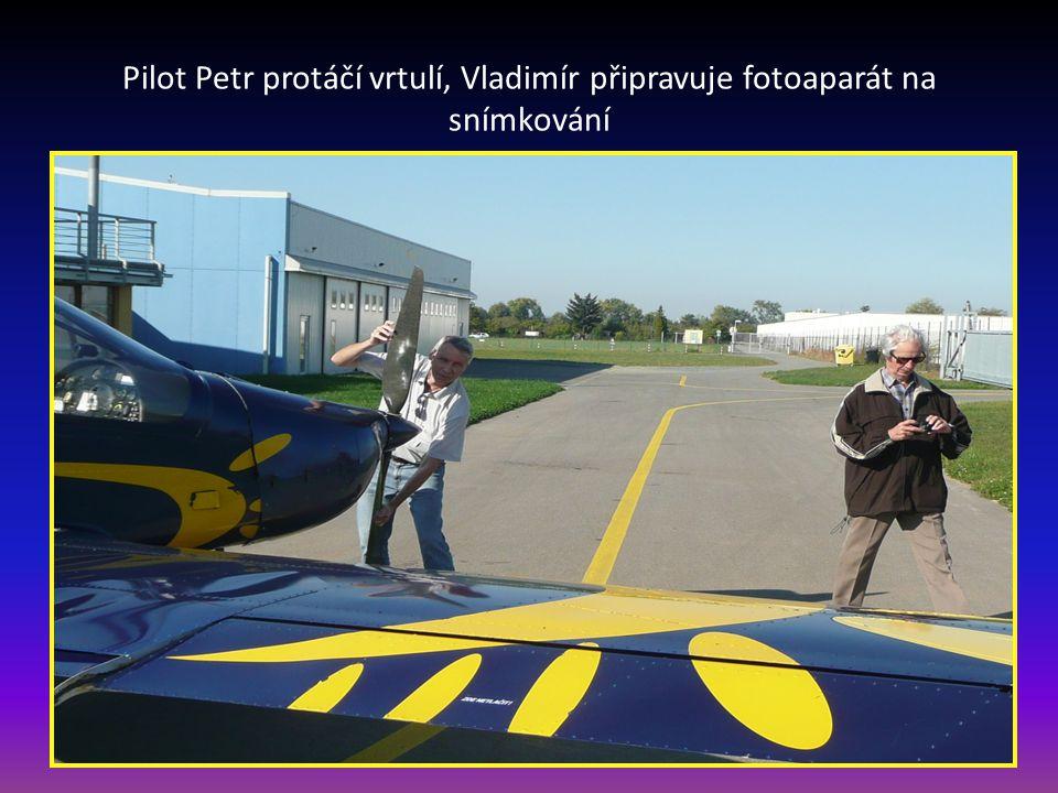 Pilot Petr protáčí vrtulí, Vladimír připravuje fotoaparát na snímkování
