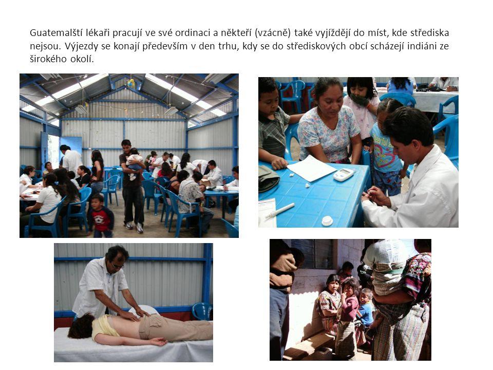 Guatemalští lékaři pracují ve své ordinaci a někteří (vzácně) také vyjíždějí do míst, kde střediska nejsou.