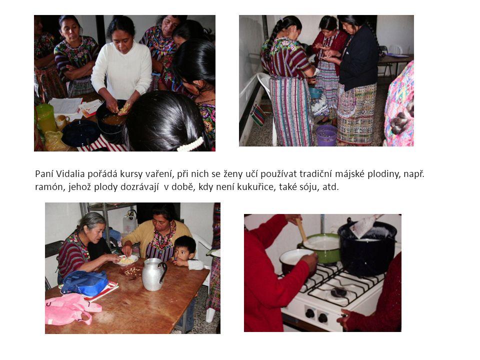 Paní Vidalia pořádá kursy vaření, při nich se ženy učí používat tradiční májské plodiny, např.