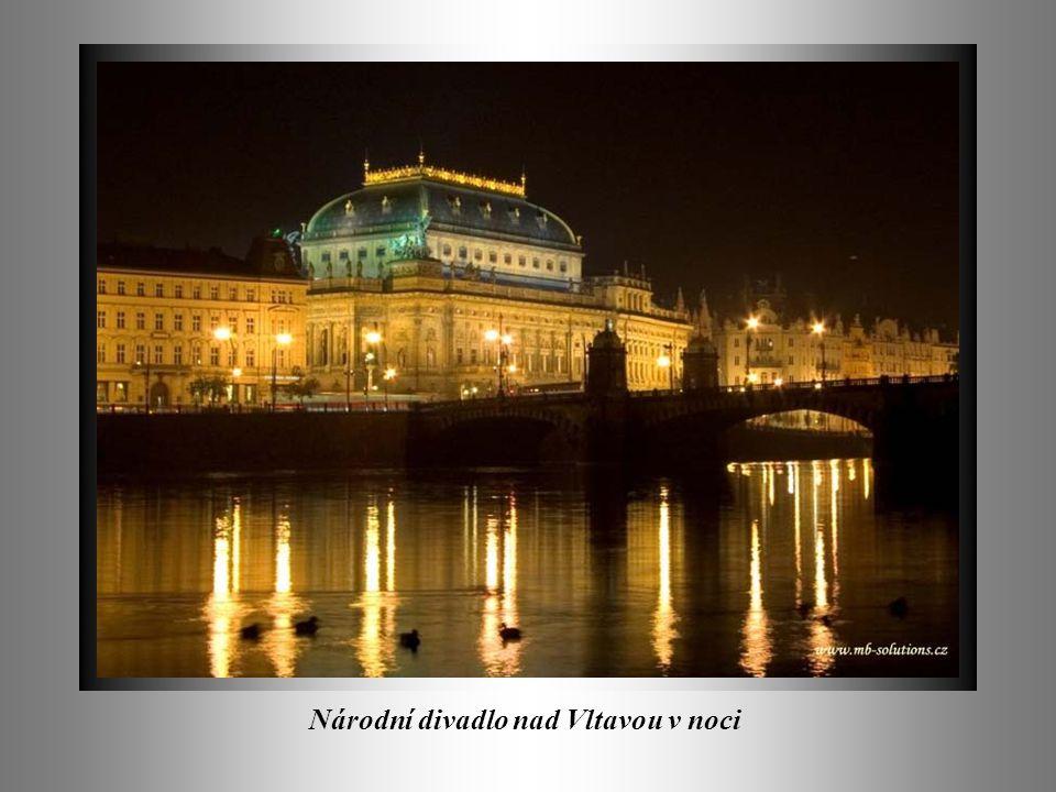 Národní divadlo nad Vltavou v noci