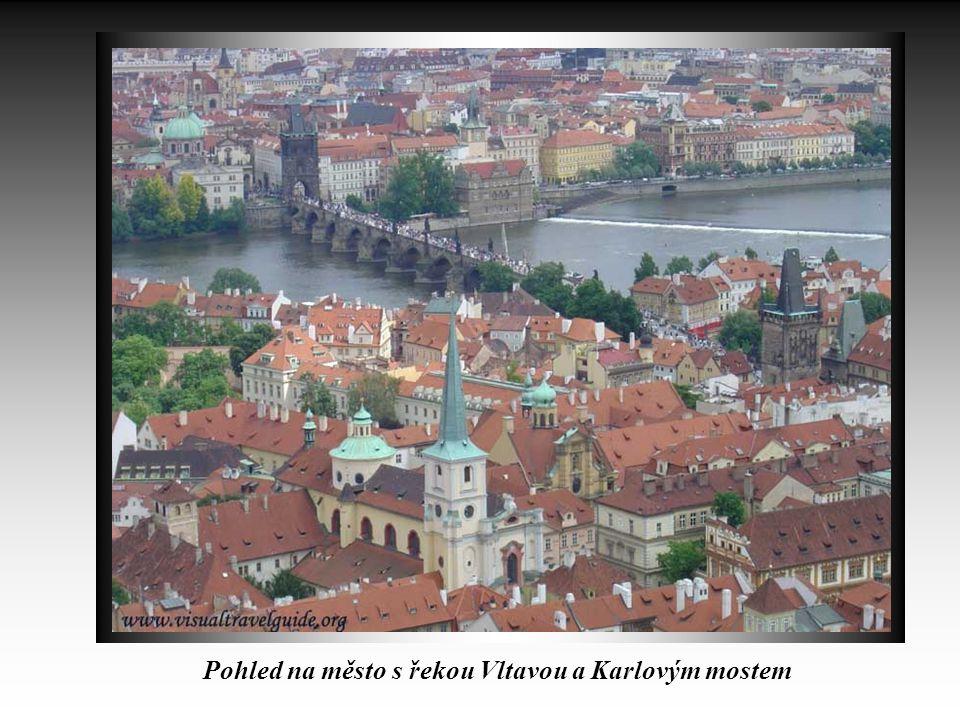 Pohled na město s řekou Vltavou a Karlovým mostem