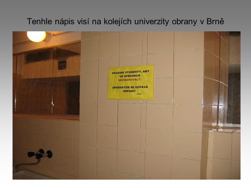 Tenhle nápis visí na kolejích univerzity obrany v Brně