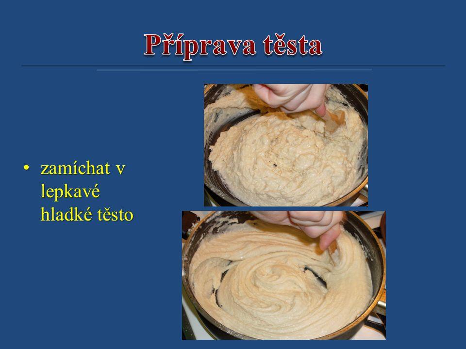 Příprava těsta zamíchat v lepkavé hladké těsto