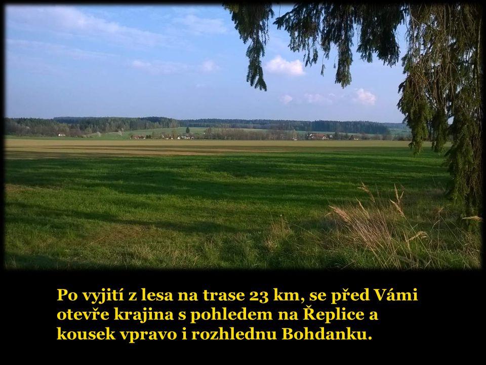 Po vyjití z lesa na trase 23 km, se před Vámi otevře krajina s pohledem na Řeplice a kousek vpravo i rozhlednu Bohdanku.