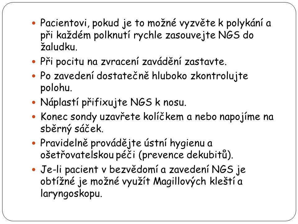 Pacientovi, pokud je to možné vyzvěte k polykání a při každém polknutí rychle zasouvejte NGS do žaludku.