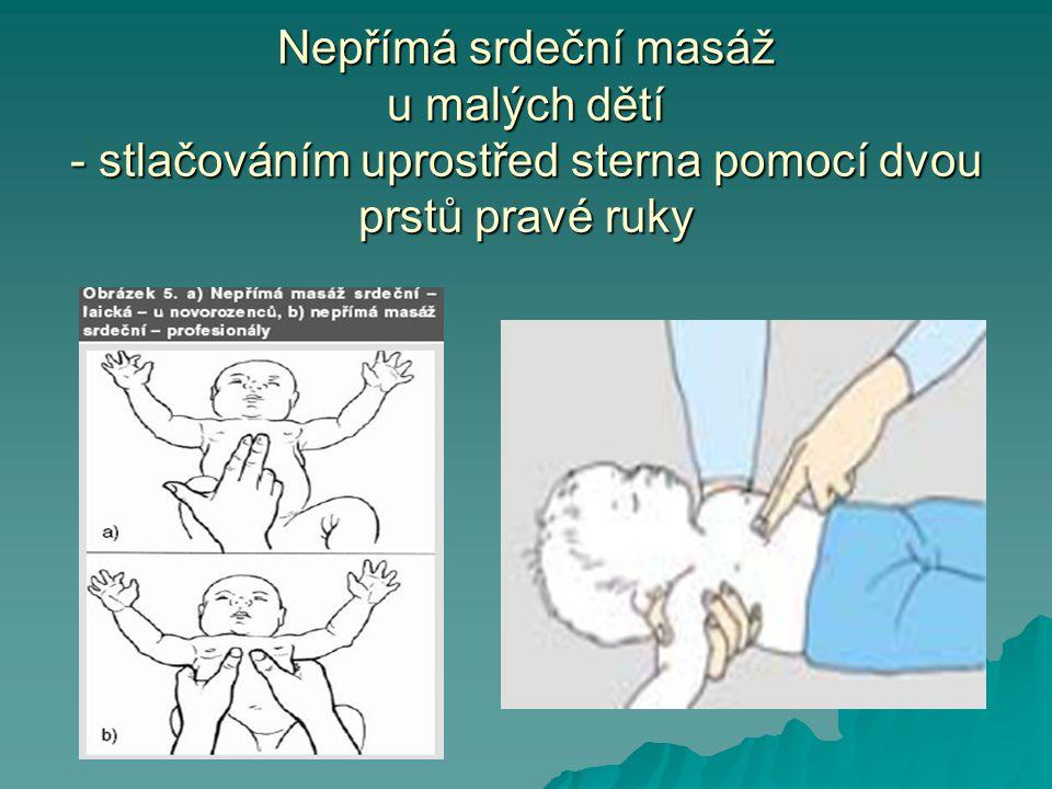 Nepřímá srdeční masáž u malých dětí - stlačováním uprostřed sterna pomocí dvou prstů pravé ruky