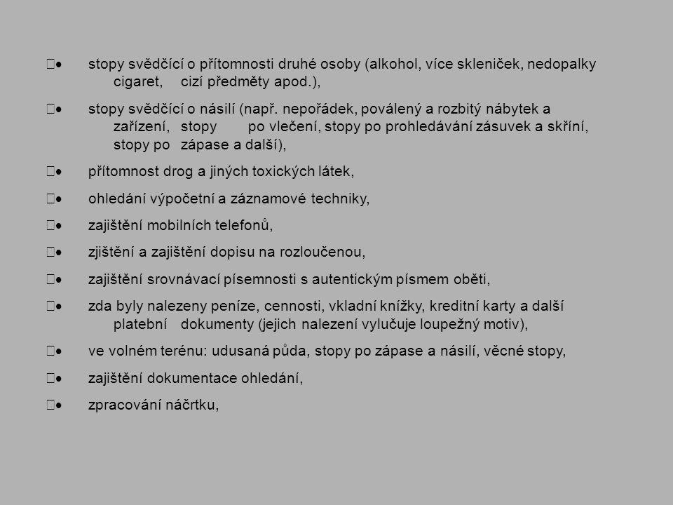 · stopy svědčící o přítomnosti druhé osoby (alkohol, více skleniček, nedopalky cigaret, cizí předměty apod.),