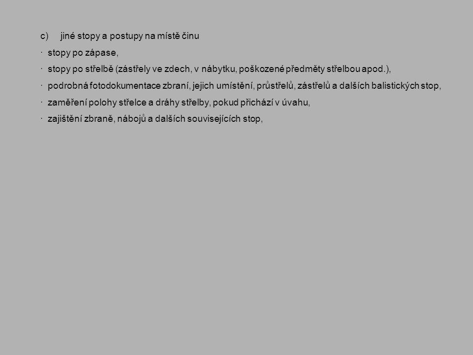 c) jiné stopy a postupy na místě činu