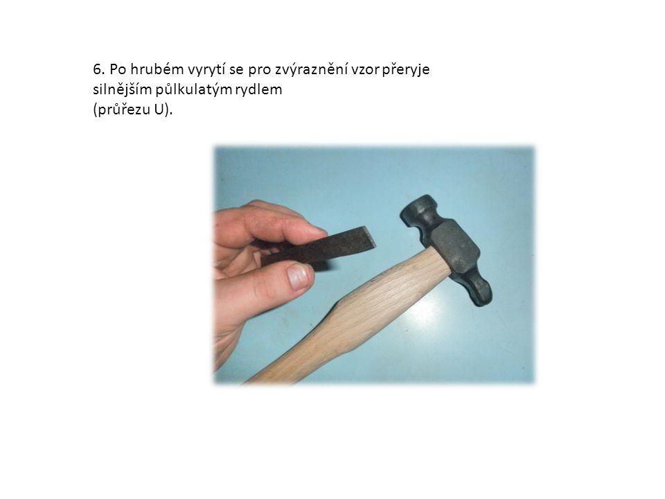 5. Za pomocí špičatého rydla (průřezu V) a kladívka se postupně vyryje vzor keltského uzlu.