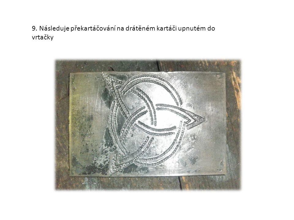 7. Povrch kolem celého rytého dekoru se přebrousí brusným papírem zrnitosti 80-100