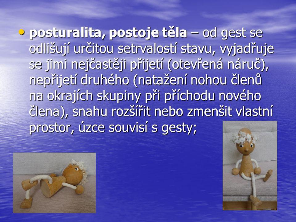 posturalita, postoje těla – od gest se odlišují určitou setrvalostí stavu, vyjadřuje se jimi nejčastěji přijetí (otevřená náruč), nepřijetí druhého (natažení nohou členů na okrajích skupiny při příchodu nového člena), snahu rozšířit nebo zmenšit vlastní prostor, úzce souvisí s gesty;