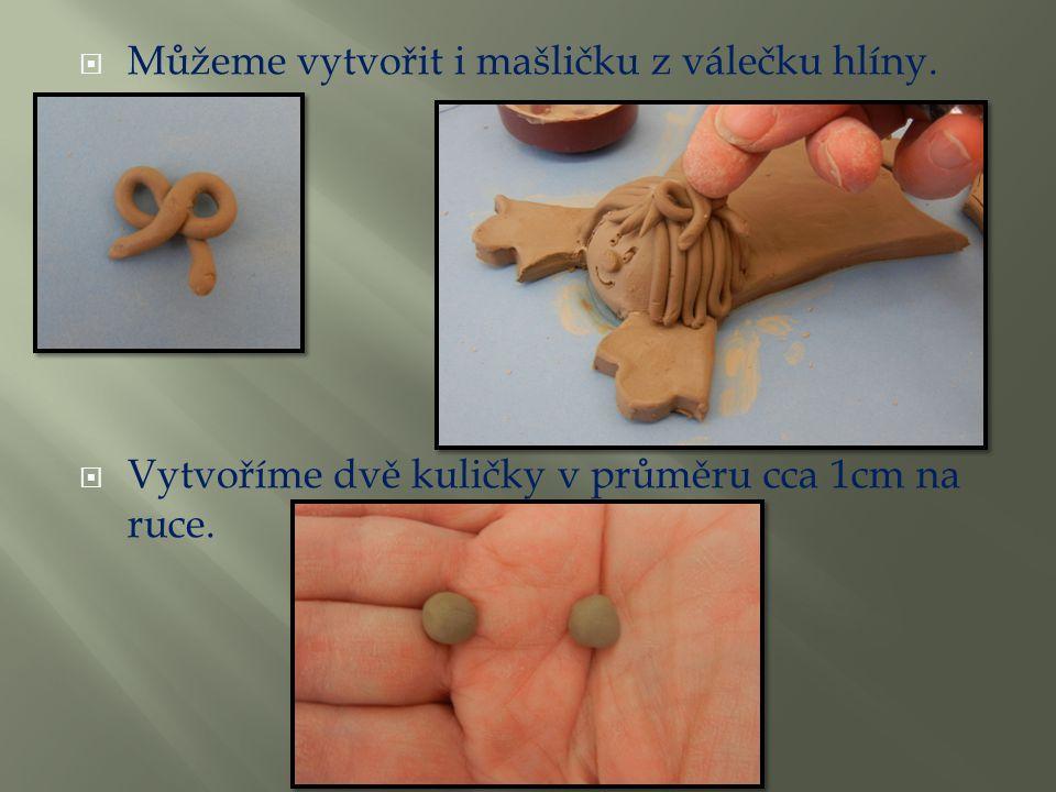 Můžeme vytvořit i mašličku z válečku hlíny.