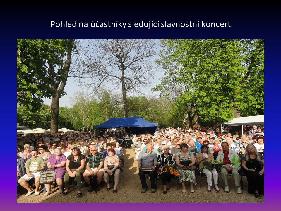 Pohled na účastníky sledující slavnostní koncert